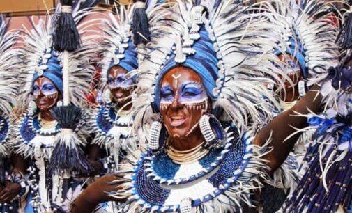 Toma de temperatura y mascarillas para celebrar desfiles