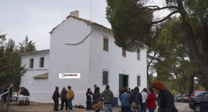 Los colonos de Sierra Salinas celebran una misa como único acto de la jornada de convivencia
