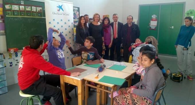 La Obra Social de la Caixa dona 2.000 euros para la zona de juegos del colegi de educación especial de APADIS