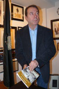 Juan José Torres con su libro
