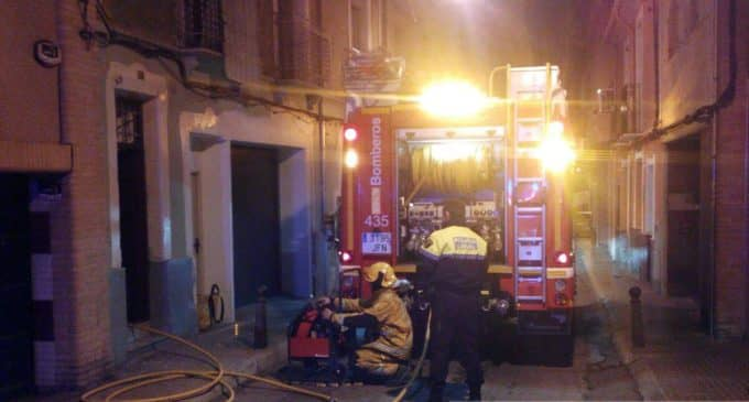 Los bomberos sofocan un incendio en la calle Blasco