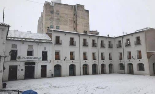 La DGT corta la A-31 por nevadas. Se recomienda utilizar cadenas en los coches por las calles de Villena