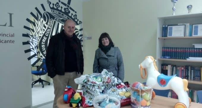 La Delegación de Villena del Ilustre Colegio Provincial de Abogados de Alicante entrega juguetes al Rabalillo