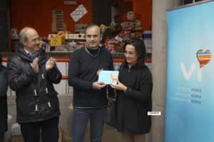 Entrega del cheque solidario de la asociación de comerciantes a la asociación de El Rabalillo