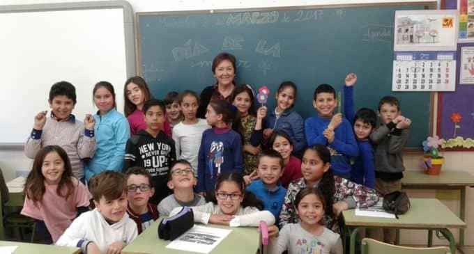 El alumnado del Colegio Público Ruperto Chapí rinde un homenaje a sus abuelas en el Día Internacional de la Mujer