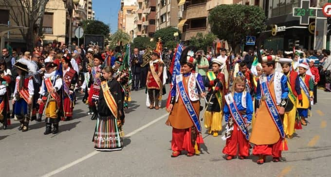 El Ecuador Festero concluye con el desfile de cargos