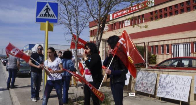 Extrabajadores se concentran a las puertas de una empresa alimentaria en Villena reclamando el pago de los atrasos