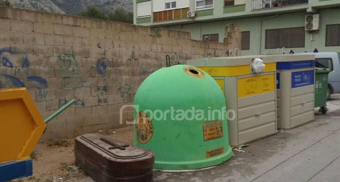 Depositan un ataúd junto a contenedores de basura en Villena