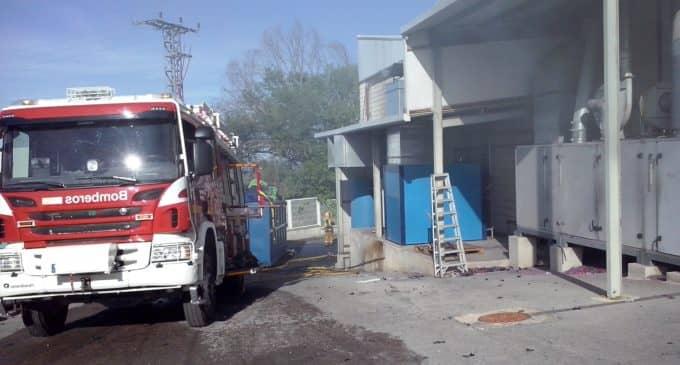 Los bomberos sofocan un incendio en una industria de Bañeres