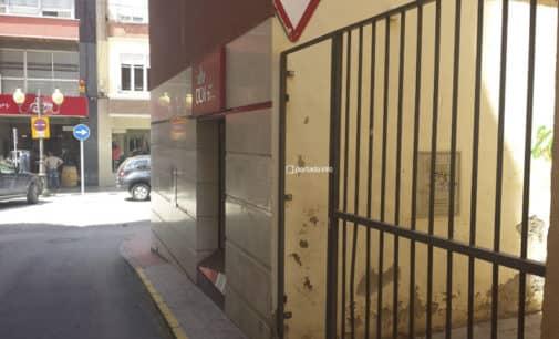 El Ayuntamiento pide a los vecinos de la calle Revueltas que retiren la verja de la vía