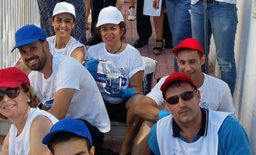 Voluntarios de la Fundación Solidaria Carrefour adecuan la barandilla del Hospital de Elda