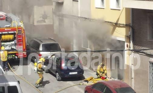 Dos camiones de Bomberos se desplazan a sofocar un fuego en un bajo de la calle José María Soler