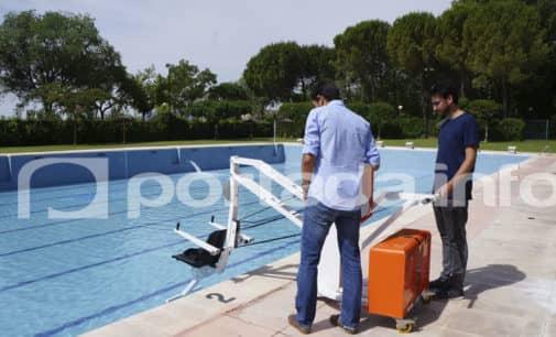 La piscina de Villena  dispone de una grúa  para personas con movilidad reducida