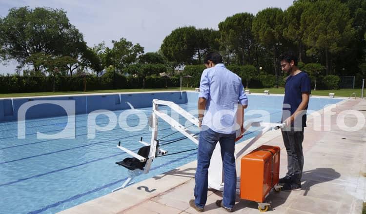 La piscina de villena dispone de una gr a para personas for Piscina municipal los cristianos