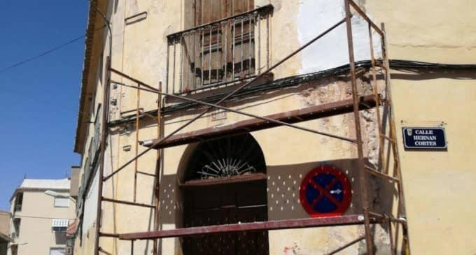 El PSOE inicia las obras de la fachada de la Casa del Pueblo sin licencia de obras