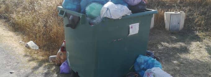 Denuncian la acumulación de basura en los contenedores de Villena