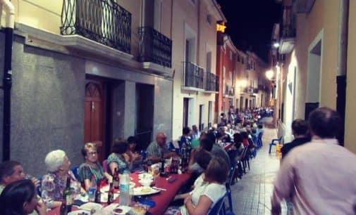 """Más de 500 personas participan en el primer """"Sopar de germanor"""" en Biar"""