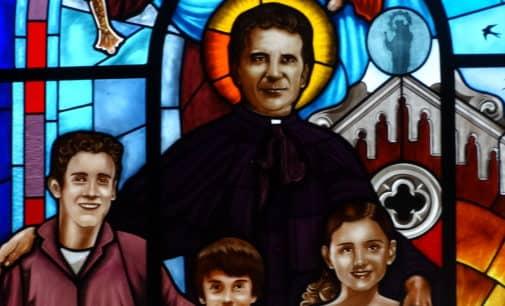 La vidriera de San Juan Bosco ya luce en la iglesia de Santiago de Villena