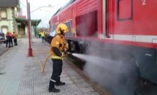 Los bomberos sofocan el incendio de un tren en Villena