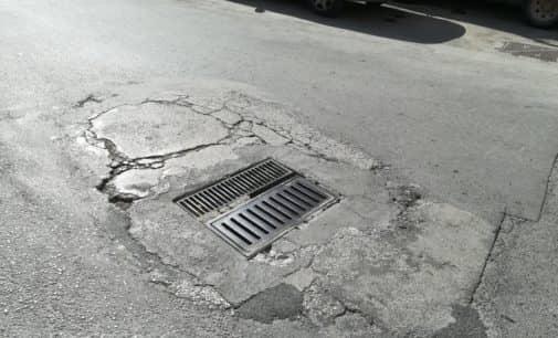 El PSOE solicita la reparación de un desagüe de la calle Clara Campoamor para evitar daños mayores