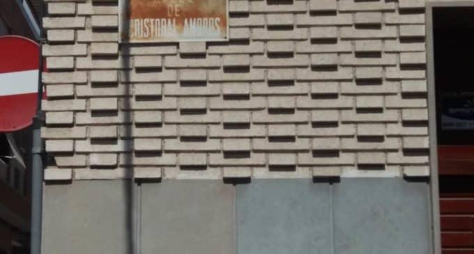 El PSOE solicita la renovación de placas que están en mal estado de identificación de calles en base a criterios técnicos