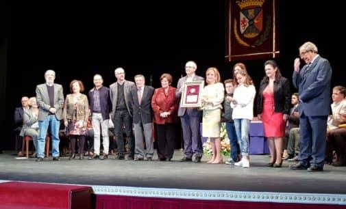 El instituto Hermanos Amorós recibe el cariño y la gratitud de Villena a través de la Medalla de Oro