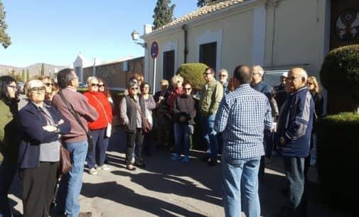93 personas participan en la ruta modernista por el cementerio de Villena