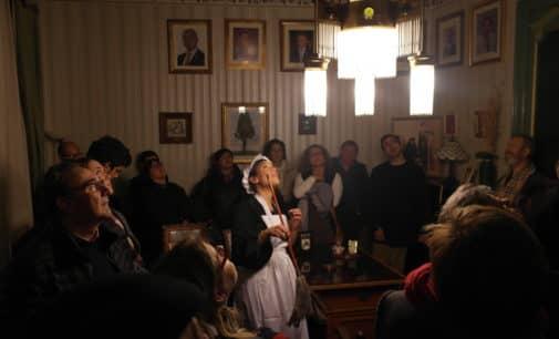 Más de  un centenar de personas visitaron la casa Modernista de la comparsa de Labradores en la feria de Navidad