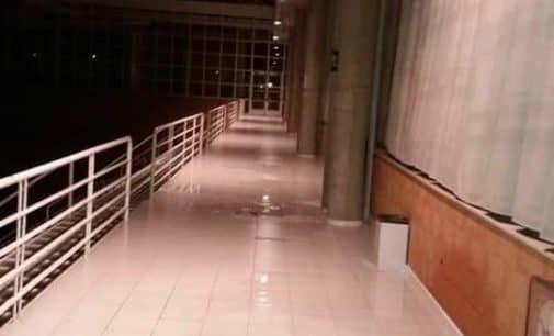 Un problema en el sellado de las canaletas del pabellón polideportivo provocó las goteras