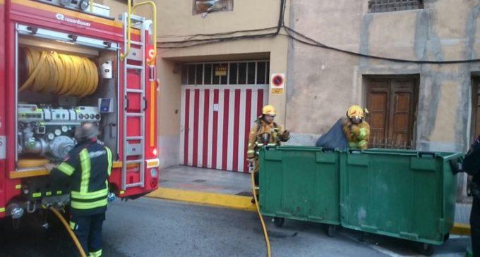 Los bomberos extinguen un fuego de un contenedor