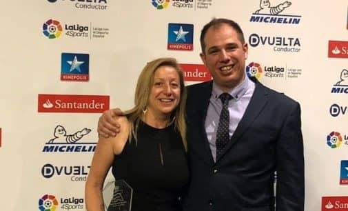 Pochola Hernández recibe el trofeo de Campeona de España de copilotos femeninos de Rallyes Todo Terreno