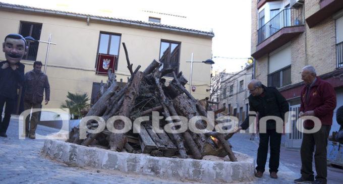 San Antón mantiene la tradición de la hoguera en un espacio renovado