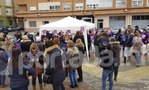 Centenares de mujeres se concentran en Villena en el «Punto Lila» con motivo del 8 de marzo