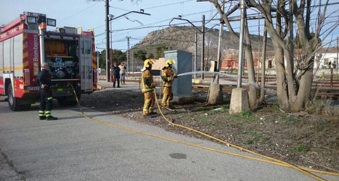 Los bomberos sofocan un incendio en la estación de La Encina