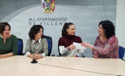 La asociación Villena La Tentación dona a la Protectora 400 euros para sufragar la operación de un perro