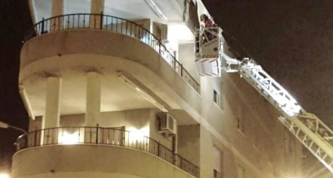 Los bomberos intervienen en el saneamiento de una fachada de la calle San Fernando