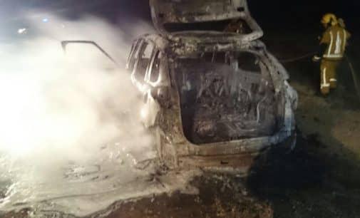 Los bomberos extinguen el fuego de un vehículo en Beneixama