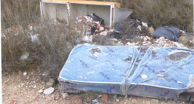 El PP pide la limpieza de un vertedero incontrolado junto al polideportivo municipal