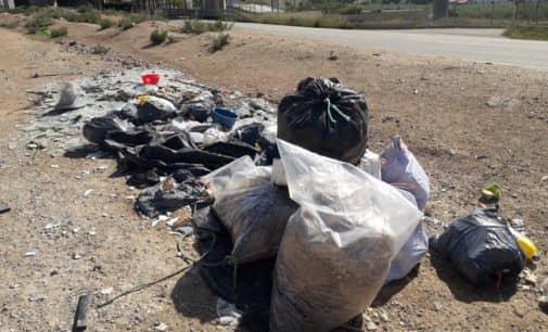 El Ayuntamiento de Villena procede a la limpieza de vertidos incontrolados en varios parajes
