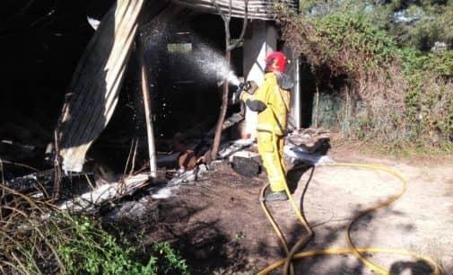 Los bomberos extinguen dos incendios en dos viviendas de Villena