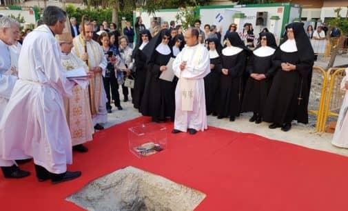 El obispo coloca la primera piedra de la remodelación y ampliación del asilo de ancianos