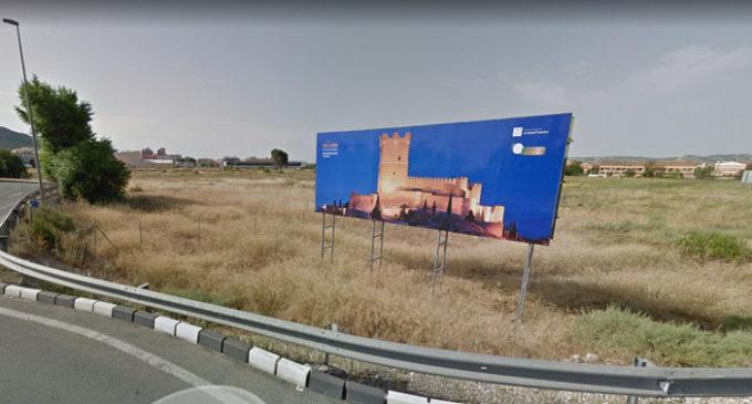 La Conselleria obliga a Villena a retirar la valla de la rotonda del paraje de El Grec