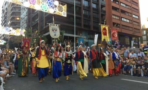 Gran éxito de los Moros y Cristianos de Villena en el Desfile Internacional de las Hogueras de Alicante 2018