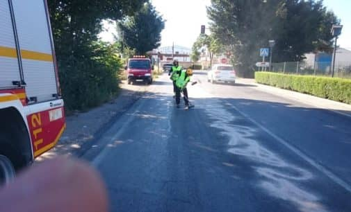 Los  bomberos limpian un derrame de aceite en la carretera de Caudete