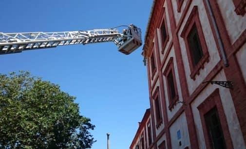 Varias tejas y una canaleta se desprenden de una antigua fábrica de la Colonia de Santa Eulalia