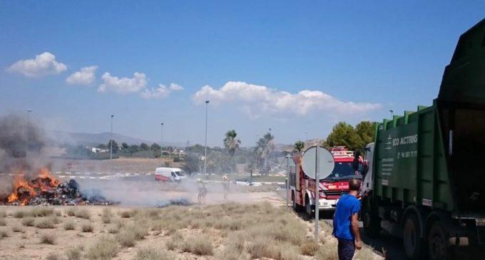 Los bomberos sofocan un fuego originado en un camión de residuos