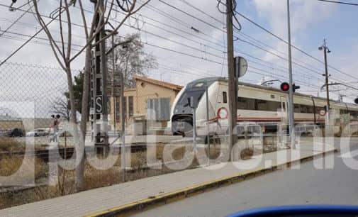 Esquembre molesto por la paralización de la línea de cercanías entre Villena y Alicante