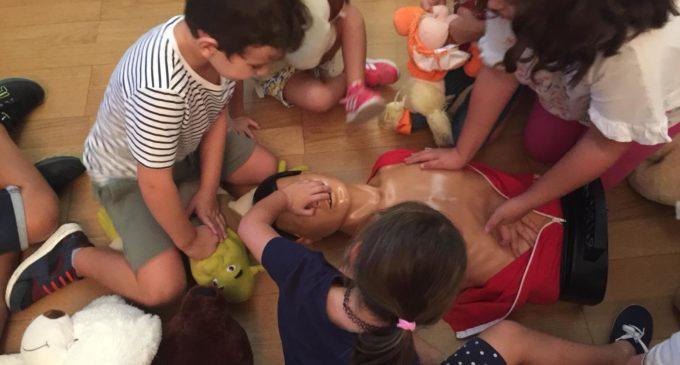 El Hospital de Elda organiza un taller de reanimación cardiovascular dirigido a niños