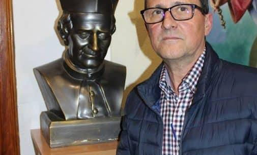 El conserje del colegio Salesianos de Villena Julio Hernández recibe la Insignia de Plata provincial de los Antiguos alumnos
