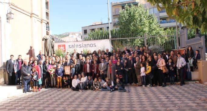 La familia salesiana arropa a Julio Hernández al recibir la Insignia de Plata
